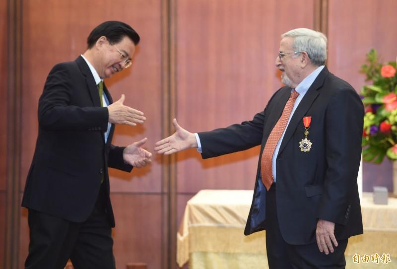 外交部部長吳釗燮(左)8日頒贈睦誼外交獎章予「台北市美國商會資深總監沙蕩(Don Shapiro)(右),並握手恭賀致意。(記者劉信德攝)