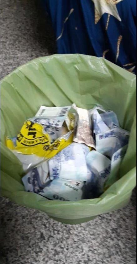 原PO貼出朋友喝醉後怒塞垃圾桶的成果照,引發許多網友歪樓留言。(圖擷自爆廢公社)