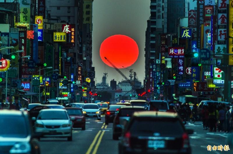 高雄市青年路懸日美景將在11月11-14日登場。(資料照,記者張忠義攝)