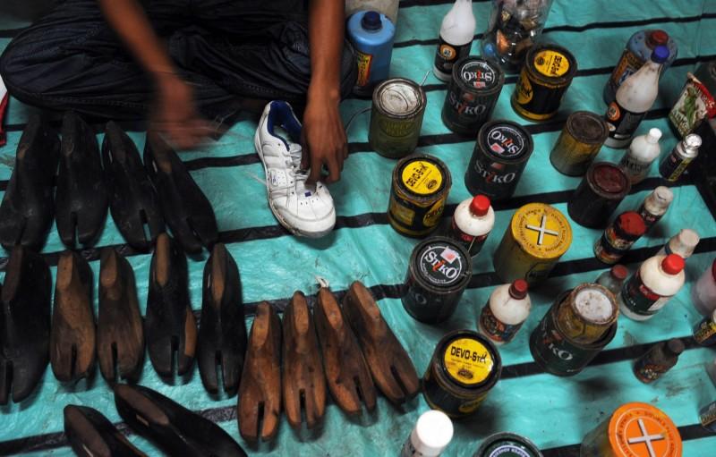 印度博帕爾「鞋匠記者」南德梅哈2002年意識到「媒體」第四權的力量,17年來堅持為弱勢發聲。圖為印度鞋匠示意圖。(法新社)