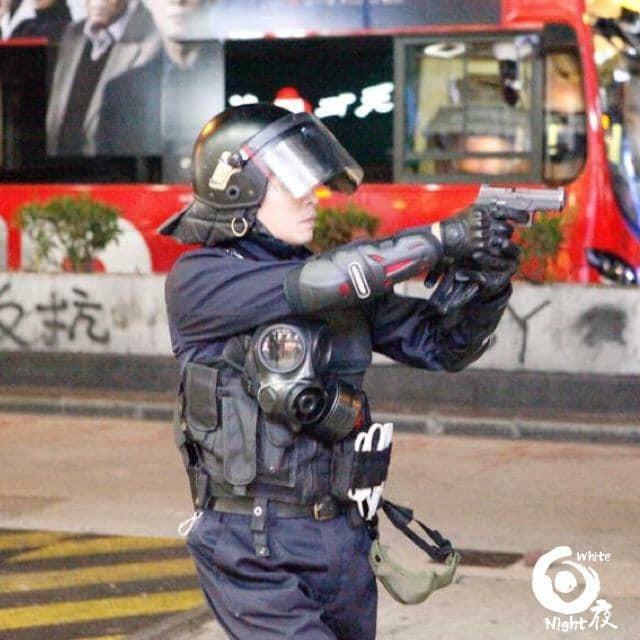 今晚,香港人在多區舉行悼念墜樓學生周梓樂的集會,發生警民衝突。在旺角,香港警方一度向示威者發射實彈。(圖擷取自臉書_白夜)