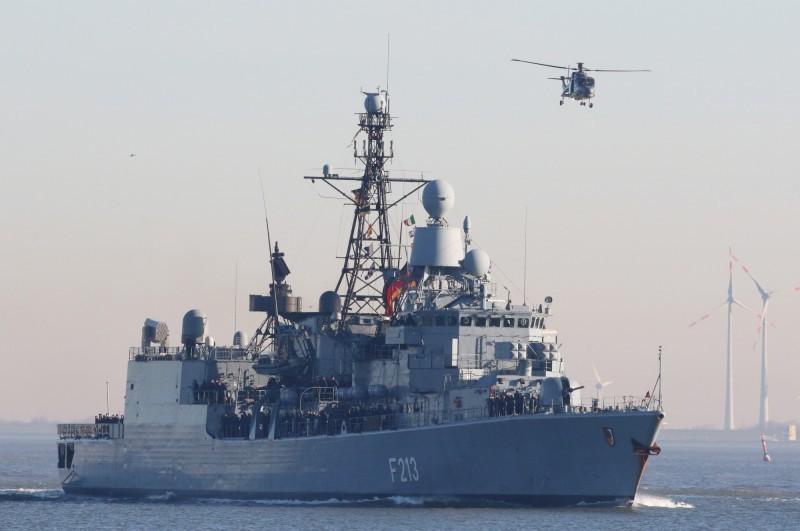 德國防部長欲在2031年將軍費提升到GDP2%水準,可用於派艦保護中國周圍的海上航線,或是打擊恐怖主義。圖為德國巡防艦F213。(歐新社檔案照)