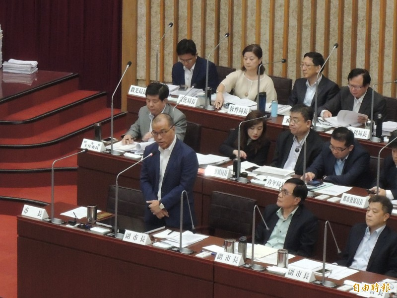 葉匡時(起立者)表示,韓國瑜請假之後,市府團隊「螺絲鎖得更緊」。(資料照)
