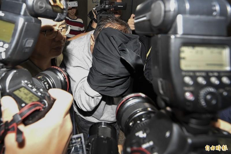 富南斯集團涉違法吸金30多億元,受害者至少2000人,檢察官漏夜複訊後,對夏世紘(中)等10人聲請羈押禁見,另外7人以5萬至20萬不等金額交保,2人未到案。