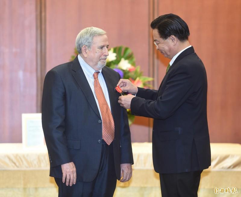 交部部長吳釗燮(右)8日頒贈睦誼外交獎章予「台北市美國商會資深總監沙蕩(Don Shapiro)(左)。(記者劉信德攝)
