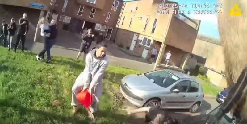 英國埃塞克斯郡巴西爾登(Basildon, Essex)發生一起差點「鬧出人命」的妨害公務案件,28歲男子傑克森(Justin Jackson)竟在警方逮捕摩托車竊賊時,向他們「潑汽油」,讓被潑中的8名警察深陷恐懼,怕再也回不了家!(圖擷取自youtube)