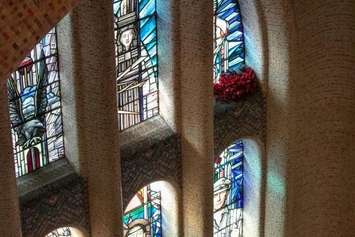 鴿子在澳洲戰爭紀念館內的一處彩繪玻璃旁築巢。(路透)