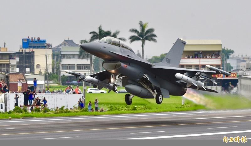 F-16V型戰機於戰備道起飛。(資料照)