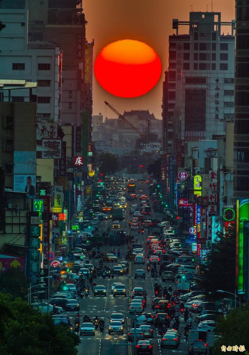 高雄市青年路懸日美景將在11月11-14日登場,商圈同時舉辦攝影比賽。(資料照,記者張忠義攝)