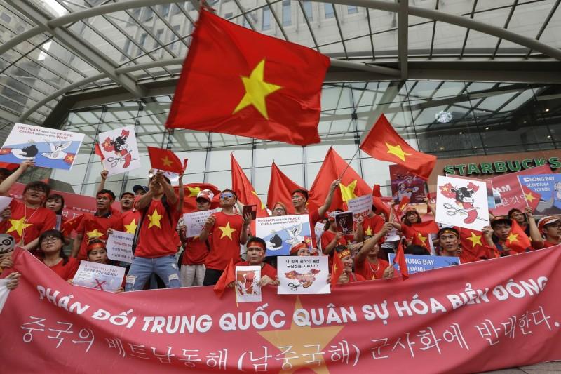 中越南海糾紛近日再掀攻防,越南不排除採取國際法律行動,中國外交部今(8)日回嗆不要把問題「複雜化」,破壞區域和平與雙邊關係。圖為今年7月越南民眾在首爾抗議中國讓南海局勢升溫。(資料照,美聯社)