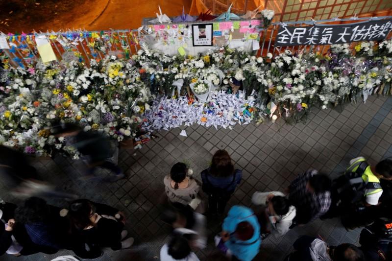港科大22歲學生周梓樂,4日晚間因躲避警方催淚彈不慎墜樓重傷,今日傷重不治。圖為香港民眾自發至事故現場表達哀悼。(路透)