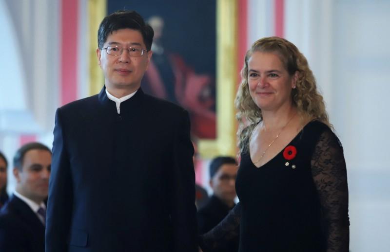 新任中駐加大使叢培武1日向加拿大總督帕耶特(圖右)遞交被稱為「國書」的任命書,帕耶特表示歡迎。(路透)