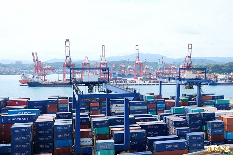 Exports declined 1.5 percent from a year earlier to US$28.99 billion last month. Photo: Allen Wu, Liberty Times