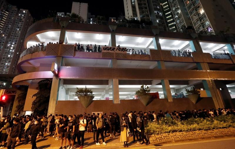 香港警方今改口表示,周梓樂墜樓前確實有員警出入該停車場。圖為事發停車場。(路透)