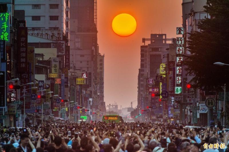 氣象局發布懸日預報,台中本月18日至20日傍晚,在無雲遮蔽情況下可看見懸日。圖為高雄青年路「懸日」。(資料照)