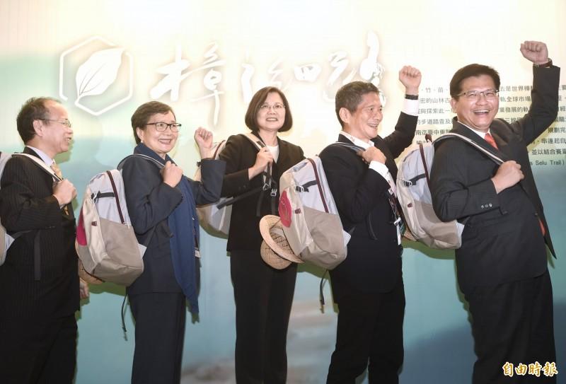 總統蔡英文(中)、交通部長林佳龍今天出席「ITF台北國際旅展」。(記者方賓照攝)
