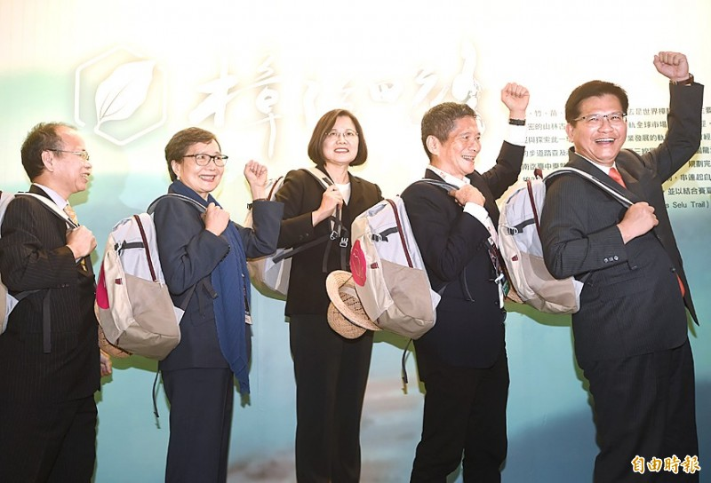 President Tsai Ing-wen, center, poses with Minister Without Portfolio Chang Ching-sen, left, Taiwan Visitors Association chairwoman Yeh Chu-lan, second left, Hakka Affairs Council Minister Lee Yung-te, second right, and Minister of Transportation and Communications Lin Chia-lung yesterday at the Taipei International Travel Fair at the Taipei Nangang Exhibition Center. Photo: Fang Pin-chao, Taipei Times