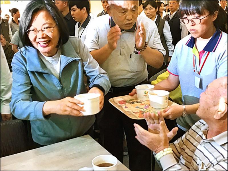 蔡英文到慈恩養護中心,為老人送上羊肉湯。(記者顏宏駿攝)
