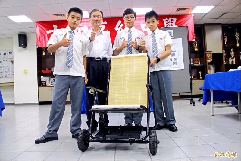六和特優作品「改良式輪椅」得獎學生與校長林繼生合影留念。(記者許倬勛攝)
