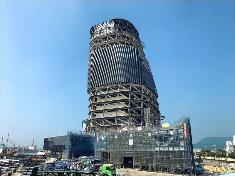 高雄港埠旅運中心預計明年底完工,將成高雄新地標。(記者洪臣宏攝)