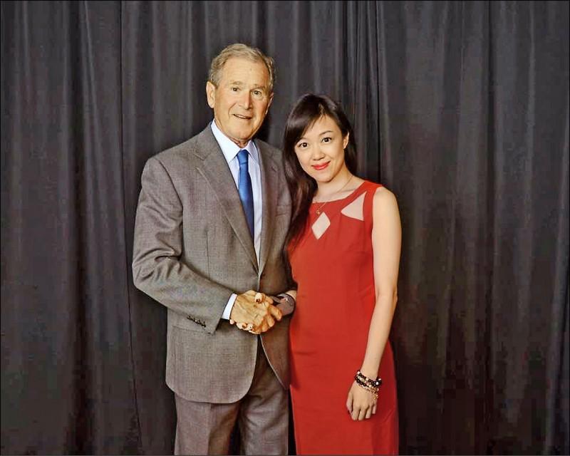 陳莉婷在臉書分享她與美國前總統小布希的合照,許多人因此慕名前去上課。(記者黃捷翻攝)