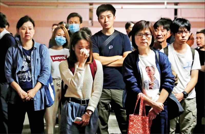 市民八日發起追悼周梓樂的活動,有年輕人悲從中來掉淚。 (路透)