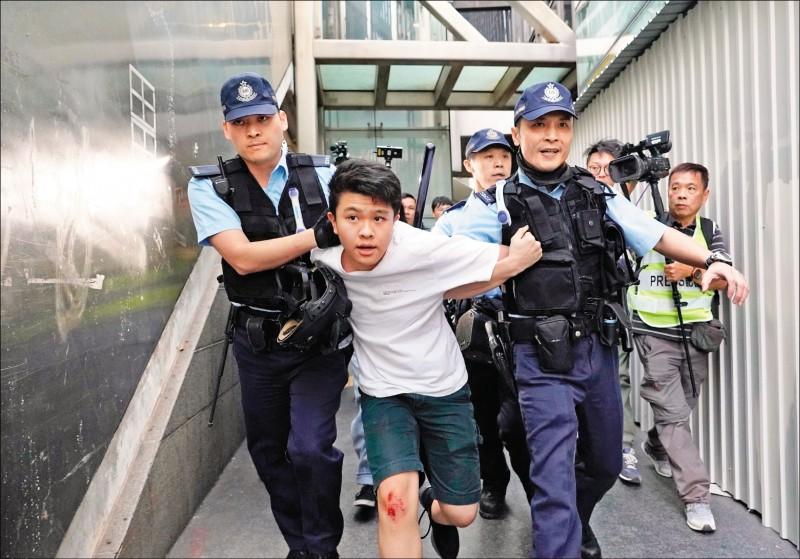 警方8日在港鐵中環站以「公眾地方行為不檢」為由,拘捕1名自稱就讀港島漢華中學的學生。(美聯社)