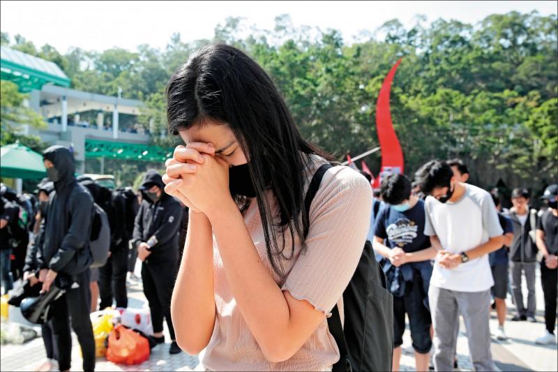 市民祈禱希望周生度過鬼門關,卻不幸傳出壞消息。(美聯社)