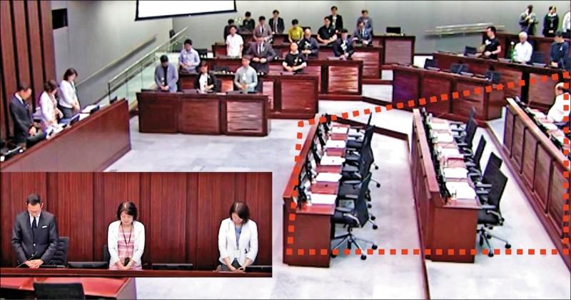 香港立法會內務委員會八日下午舉行會議前,主持會議的泛民派議員郭榮鏗提出為周梓樂默哀,約廿名泛民派議員持白花站立,但蔣麗芸、張華峰等建制派議員卻離場,其他建制派議員也不在座位上。 (圖取自《立場新聞》)