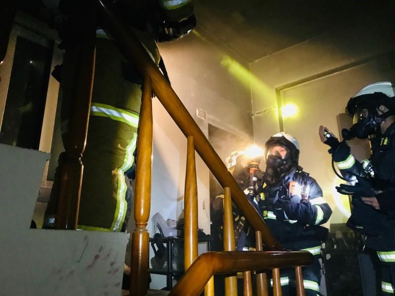 台東市開封街今天深夜傳住宅火警,警消入內搜救。(記者黃明堂翻攝)