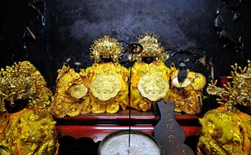 南投縣竹山鎮紫南宮神明壇內的葫蘆型「輪值香牌」,蕴藏在地居民顧守「香火」的文化。(記者謝介裕翻攝)