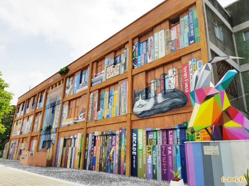 衛武營結合全台首座大型藝術壁畫社區,推《迷走旅行團》戶外實境解謎劇場。(記者陳文嬋攝)
