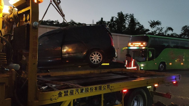 中山高速公路苗栗公館路段,清晨約5點,發生統聯客運與1輛廂型車、1輛小客車追撞事故,其中廂型車翻覆。(記者彭健禮翻攝)