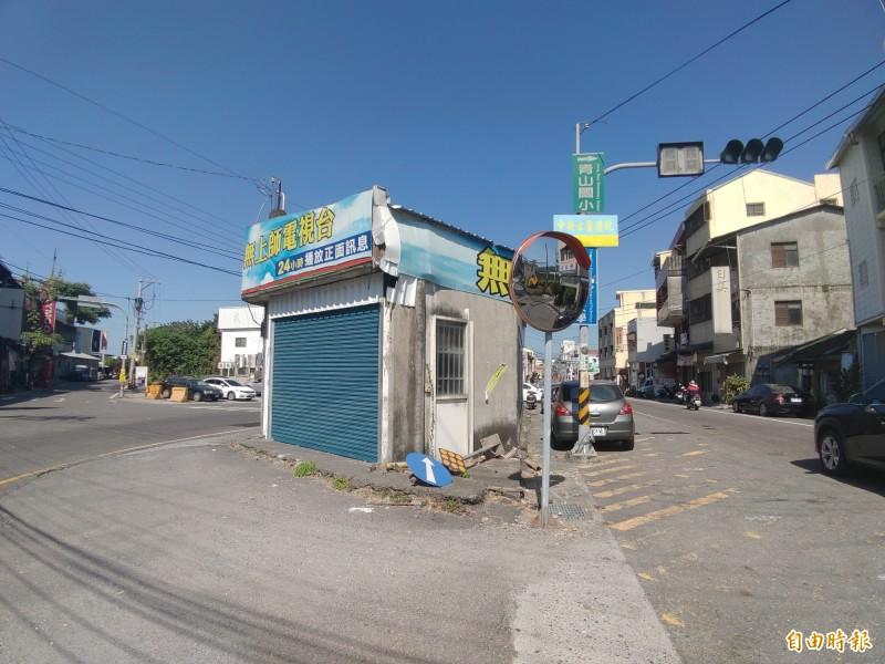 張姓住戶曾為「捍衛祖產」經營百年的雜貨店,已歇業多年。(記者陳冠備攝)