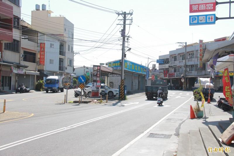 原本應拓寬12米南北向道路,住戶不同意,只能分為兩半,4間民宅如分隔島屹立道路中間。(記者陳冠備攝)