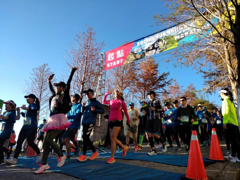 合歡山馬拉松活動,今天清晨從清境起跑,有2100名選手參加。(南投縣府提供)