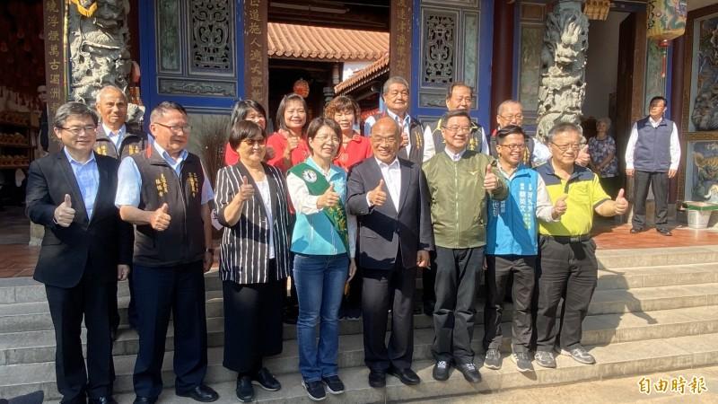 行政院長蘇貞昌(前排右4)今到芬園鄉寶藏寺參拜,參加立委參選人黃秀芳芬園後援會成立大會。(記者張聰秋攝)