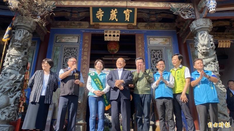 行政院長蘇貞昌(中)今天到彰化縣拜廟,並為民進黨提名4位立委參選人加油打氣。(記者張聰秋攝)
