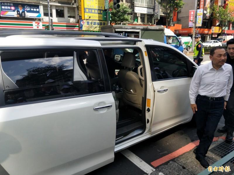新北市長侯友宜假日輔選,沒有使用市府配發的銀灰色公務車,改用個人的白色車輛。(記者何玉華攝)