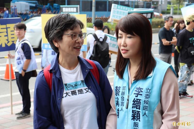 郭台銘辦公室發言人蔡沁瑜(右)上午說,郭台銘已經確定不選了,但若宋楚瑜將第4度參選總統,郭台銘絕對樂觀其成。(記者翁聿煌攝)