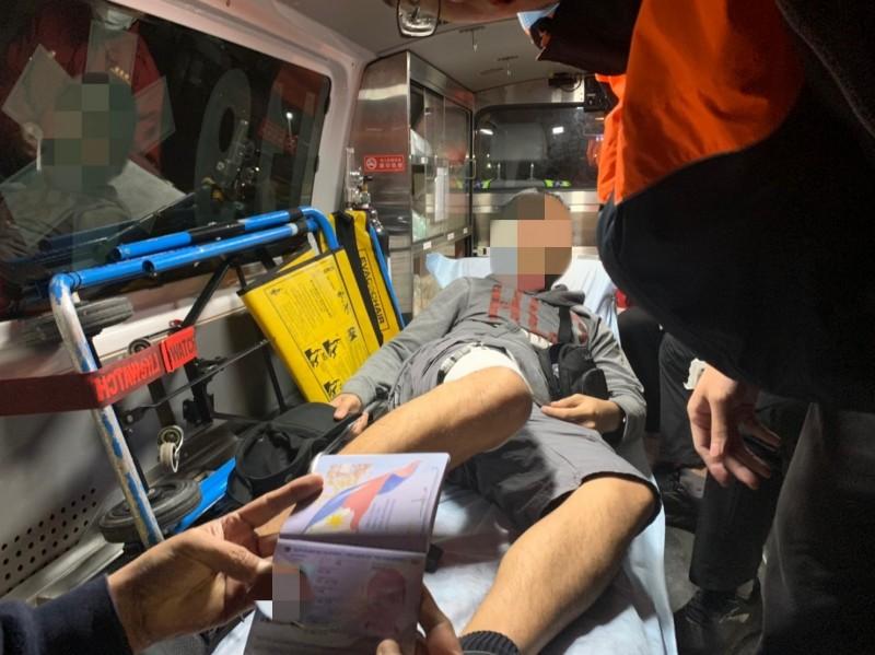 菲籍船員昨晚在外海遭燙傷,花蓮海巡接獲通報後趕至接駁送醫。(花蓮海巡提供)