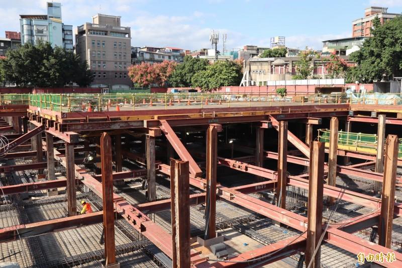 板橋音樂公園將新建地下3層停車場,目前工程進度已超前2%,將力拚明年6月如質完工。(記者周湘芸攝)