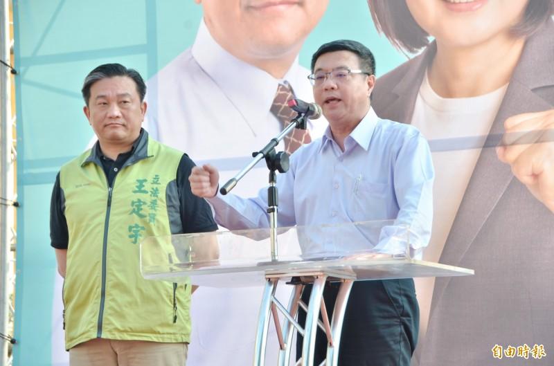民進黨主席卓榮泰(右)籲請台南鄉親支持立委王定宇與總統蔡英文連任,「雙殺」國民黨2位總統候選人。(記者吳俊鋒攝)