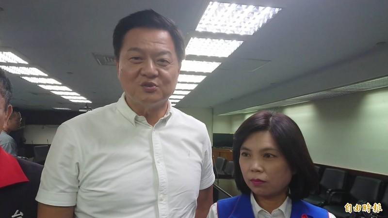 韓國瑜競選總部副總幹事周錫瑋(左)今天在台南受訪表示,韓一定會選出最好的副手人選,請大家耐心等待宣布。(記者洪瑞琴攝)