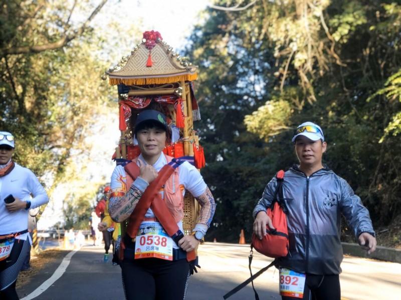參選馬拉松的選手,陸續加入揹媽祖的行列。(南投縣府提供)