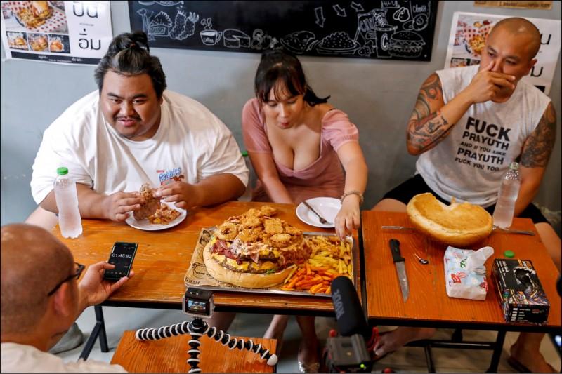 泰國Youtuber上月11日相約挑戰首都曼谷「克里斯牛排與漢堡」店的6公斤漢堡,號稱泰國「最大漢堡」。(路透檔案照)