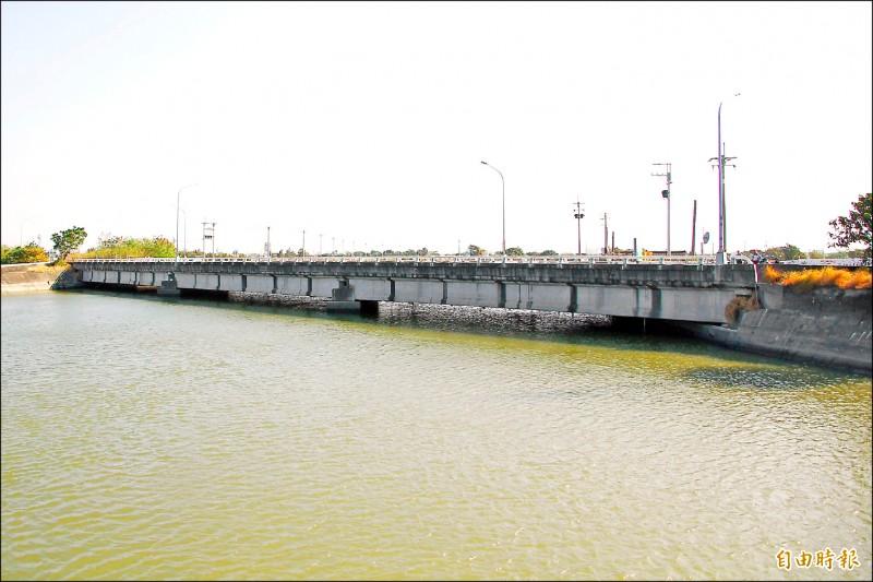 嘉義縣東石臥龍橋因橋梁過低,通水斷面嚴重不足,急需改建。(記者林宜樟攝)