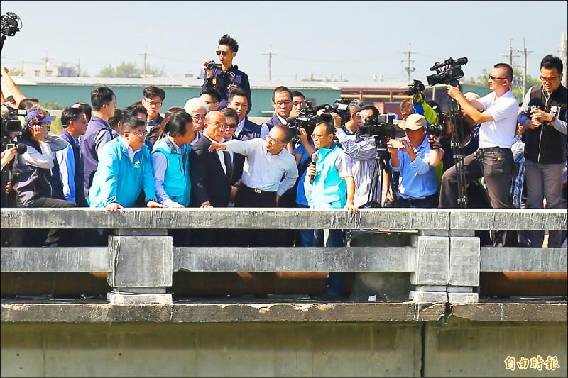 行政院長蘇貞昌(左5)視察嘉義東石臥龍橋。(記者林宜樟攝)