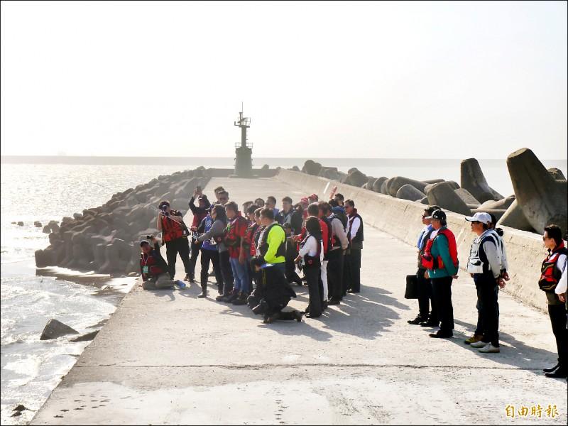 總統蔡英文昨視察台中港北堤海釣示範區,由釣友指導學習甩竿。(記者張軒哲攝)