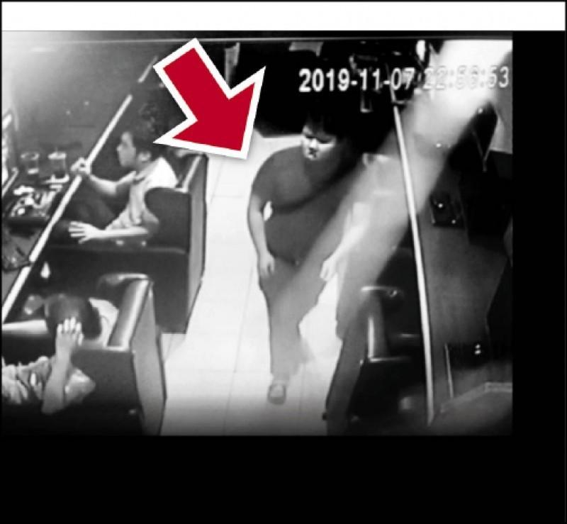 台中出租套房母子三人命案,同居男友陳宏嘉涉案藏身網咖,起身走動總是東張西望。(記者顏宏駿翻攝)